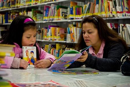 Los padres prefieren leer libros impresos con sus hijos